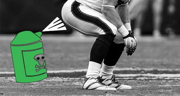 Ein grüner Eisspray in Clip Art Form welcher direkt auf den Hintern eines Fußballspielers sprüht